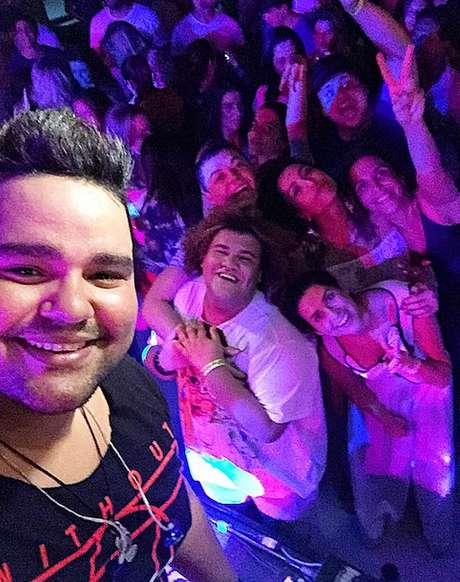 O cantor Rodrigo Torres, da Banda Torres da Lapa, postou selfie com os convidados famosos no fundo