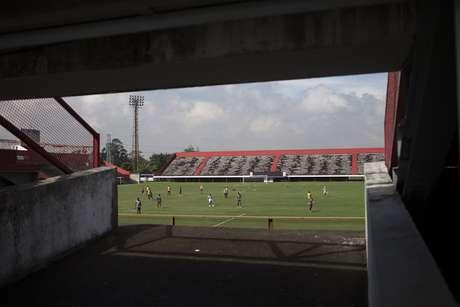 Estádio Giulite Coutinho fica a 50 quilômetros da luxuosa sede da CBF