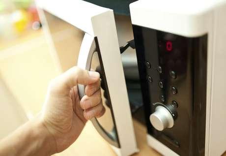 Forno micro-ondas tem mais utilidades do que ajudar na cozinha; confira