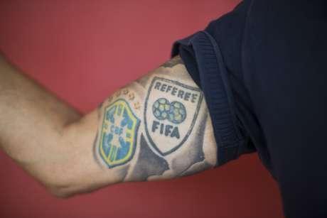 Wagner Tardelli tatuou os símbolos da CBF e da Fifa enquanto era árbitro