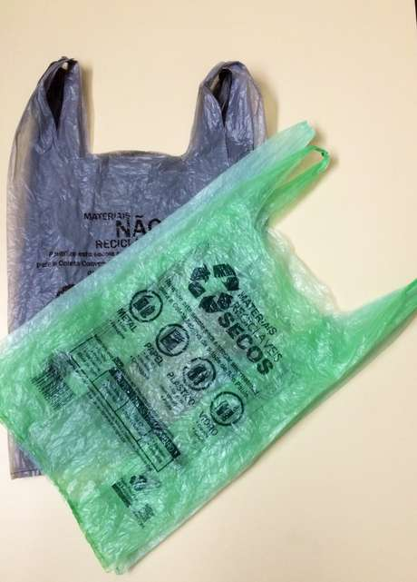 As sacolas plásticas convencionais na cor branca foram substituídas por sacolas nas cores verde ou cinza