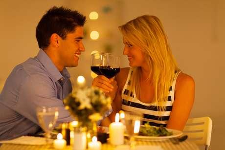 Quem for comemorar o Dia dos Namorados em casa pode criar um clima romântico investindo numa boa decoração