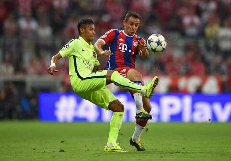 Rafinha em ação contra o Barcelona: jogador relata dificuldades para brecar ataque catalão