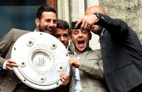 Rafinha durante festa do Bayern de Munique: três títulos do Campeonato Alemão no clube