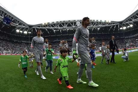 Rubinho (esq.) entra em campo pela Juventus: volta ao Brasil apenas como dirigente