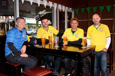 Amigos neozelandeses em pub antes do jogo