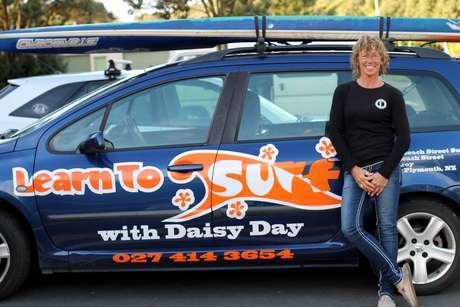 New Plymouth é famosa pelo surf; Daisy Day surfa há 35 anos e tem uma escola há 15 na praia Fitzroy Beach