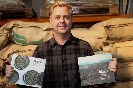 Um dos donos Paul Newbold viaja ao Brasil com frequência para visitar fazendas e publicou dois livros sobre o café brasileiro