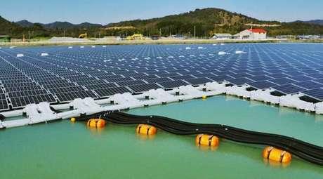 Fazendas solares flutuantes na cidade de Kato, Japão