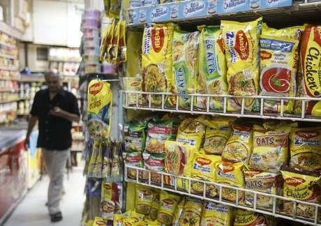 Pacotes de macarrão Maggi, da Nestlé, em mercado de Mumbai