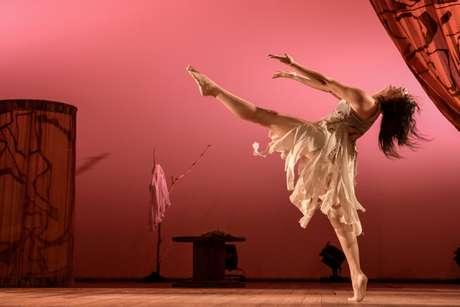 Poemas de Vinicius de Moraes e depoimentos da mãe do coreógrafo falam sobre as belezas de ser mulher