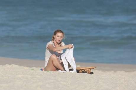 Rita Guedes curte praia e reclama de assédio no RJ
