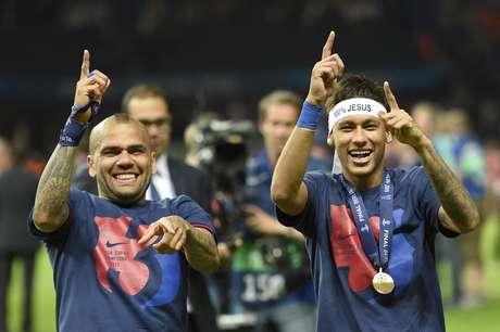 Dani Alves e Neymar fazem festa no Estádio Olímpico de Berlim