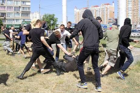 Ultranacionalistas atacam policial durante o confronto