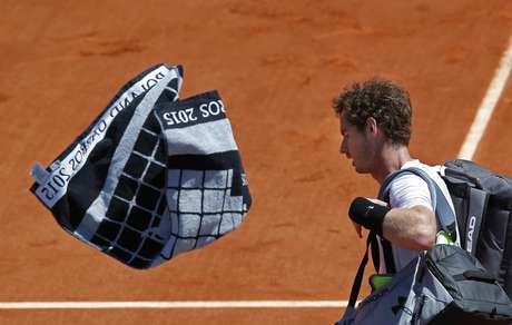 Andy Murray deixa a quadra cabisbaixo