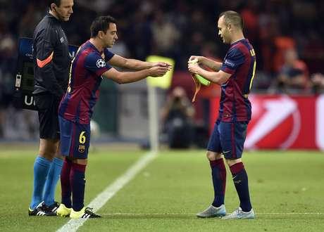 Em sua despedida, Xavi recebe braçadeira de Iniesta ao entrar no segundo tempo