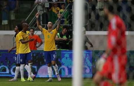 Diego Tardelli atuou como centroavante móvel e deixou seu gol