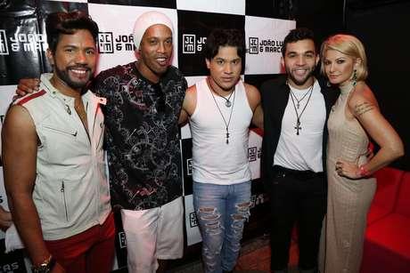 A dupla sertaneja João Lucas e Marcelo com Ronaldinho Gaúcho, Antonia Fontenelle e o namorado da atriz, Jonathan Costa