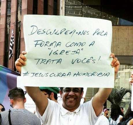 """Cartaz de Rocha: """"Desculpem-nos pela forma como a Igreja trata vocês"""""""