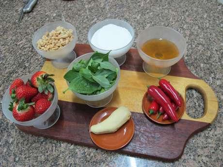 Ingredientes principais da sobremesa Morangos Calientes, sendo seis deles ditos afrodisíacos: morango, mel, amendoim, pimenta dedo-de-moça, gengibre e manjericão. O açúcar é para o caramelo