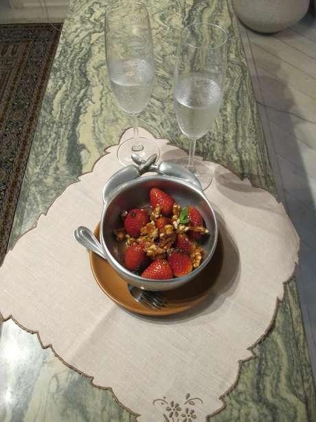 Sobremesa pronta para servir: chef aconselha dividir o mesmo recipiente com o parceiro ou parceira