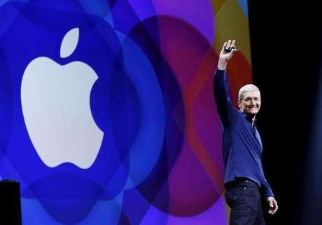 Presidente-executivo da Apple, Tim Cook, acena antes começar a falar na conferência com desenvolvedores mundiais em San Francisco 8/06/2015.