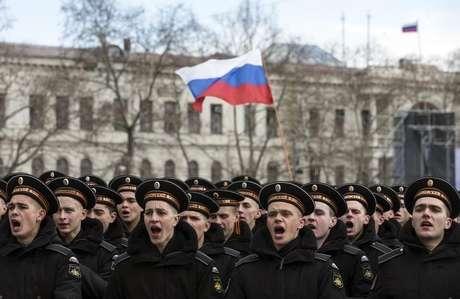 Militares russos participam de cerimônia do primeiro aniversário de anexação da Crimeia, em Sevastopol.  18/3/2015.