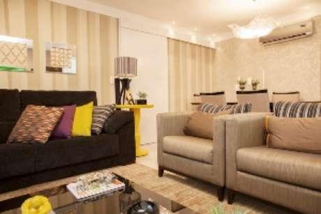 Acrescentar almofadas coloridas é um dos truques mais simples e infalíveis para colorir a sala