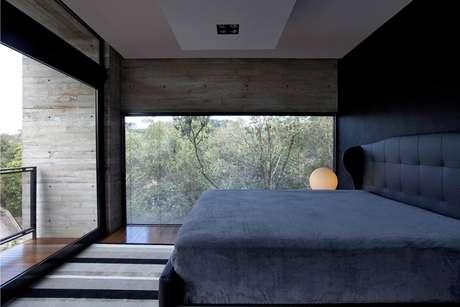 Adotar janelas grandes e priorizar a luz natural é um artifício eficaz de economia de energia e sustentabilidade para o quarto do casal