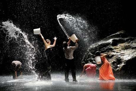 """Cena de """"Vollmond"""", espetáculo criado em 2006 e ainda inédito no Brasil"""