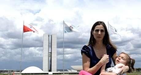 """Cena do documentário """"Ilegal"""", que retrata a luta de Katiele e de outras mães pela liberação do canabidiol no Brasil"""