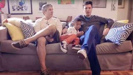 Gol inclui uma família formada por dois homens gays em sua campanha do Dia das Mães
