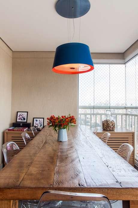 O aparador é o espaço ideal para ser decorado como a cara do dono da casa. Nesta foto, repare no pote com rolhas de vinho ao fundo