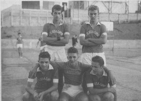 Victor (de pé à direita) junto do time do Internato São Vladimir