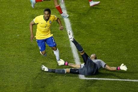 Douglas Costa fez gol aos 46min do segundo tempo e deu a vitória ao Brasil