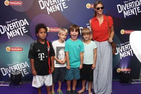 Fernanda Lima ao lado dos gêmeos Francisco e João