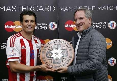 Valdez recebeu o prêmio no fim do jogo, mas quem venceu a eleição online foi Messi