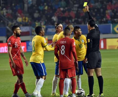 Neymar recebeu cartão amarelo após demorar para cobrar uma falta
