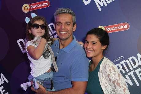 Otaviano Costa com a filha Olívia do colo e a enteada Giulia ao lado