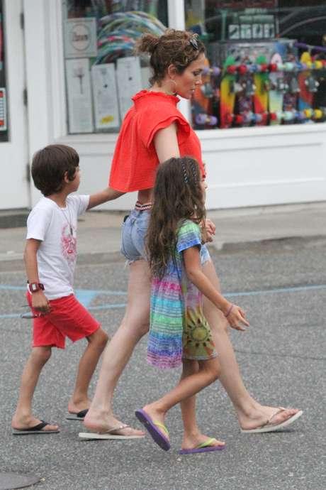Jennifer Lopez faz compras com a barriga de fora acompanhada dos filhos gêmeos Maximilian David e Emme Maribel