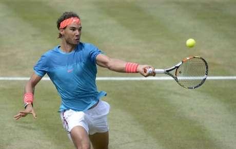 Rafael Nadal sobe à rede em jogo contra Gael Monfils