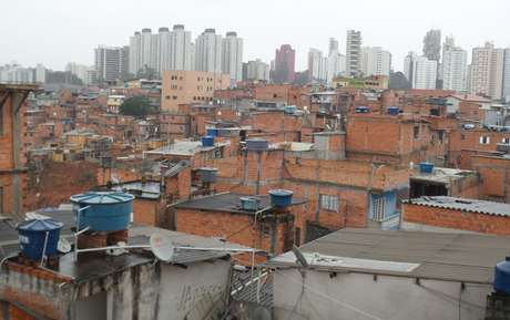 Imagem do alto da comunidade; ao fundo, prédios do Morumbi