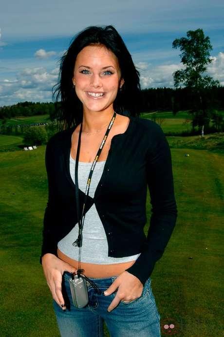 Sofia é sueca, modelo e participou de um reality show chamado 'Paradise Hotel' em 2005