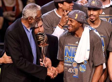Andre Igudoala recebeu o prêmio de MVP das finais das mãos da lenda Bill Russell
