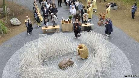 O escritor Takeshi Yoro inaugurou monumento em homenagem a insetos mortos por humanos no Japão