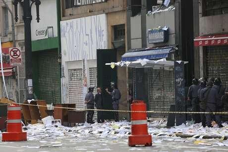 PM acompanha reintegração de posse em prédio no centro de São Paulo; moradores jogaram papel picado em protesto 17/06/2015
