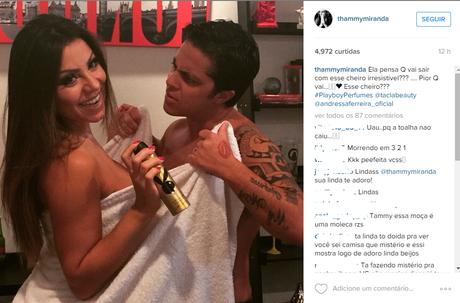 Foto postada por Thammy Miranda em seus Instagram mostra ela tentando arrancar a toalha da namorada Andressa Ferreira, que segura um perfume da Playboy