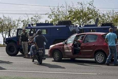 Veículos blindados são vistos na rua após a chegada de uma comitiva de senadores brasileiros, perto do aeroporto em Caracas, na Venezuela, nesta quinta-feira