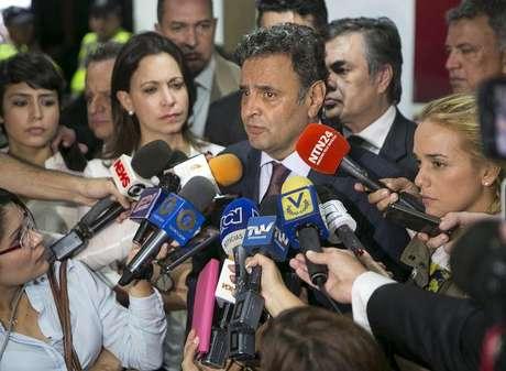 Senador Aécio Neves fala à imprensa no aeroporto Simón Bolivar, em Caracas, na Venezuela, na quinta-feira