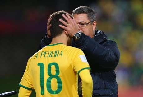 Andreas Pereira é consolado por técnico Micale
